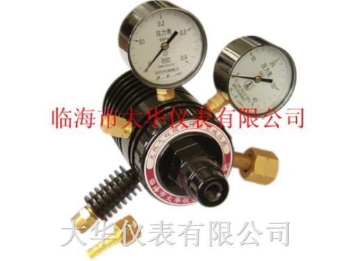 停止工作时应先松开减压器的调压螺钉,再关闭氧气瓶阀,并把减压器内的图片